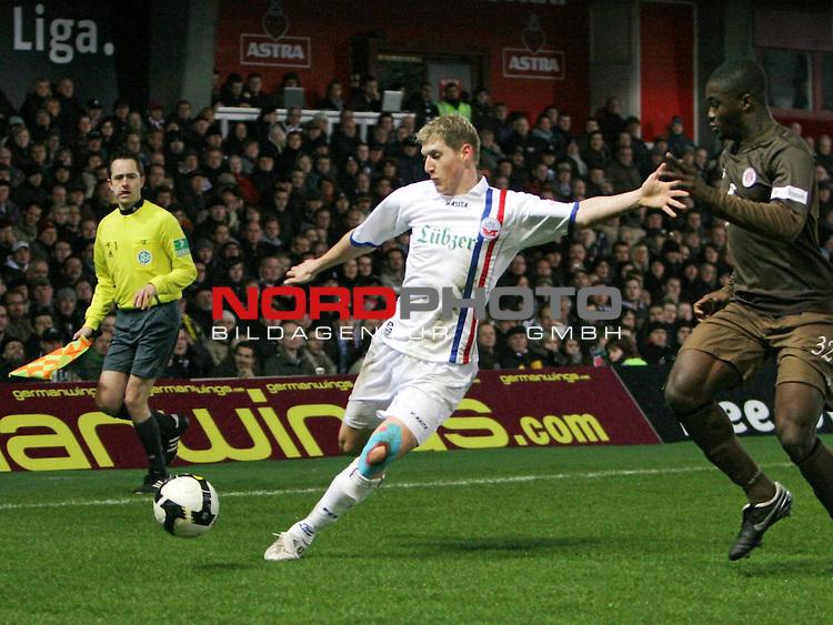 2.Liga FBL 2008/2009  23. Spieltag R&uuml;ckrunde<br /> FC St.Pauli &ndash; FC Hansa Rostock 3:2 (0:2)<br /> <br /> <br /> Kevin Schindler (Nr. 20) am Ball, rechts Davidson Drobo-Ampem<br /> <br /> <br /> <br /> <br /> Foto &copy; nph (nordphoto)<br /> <br /> *** Local Caption ***