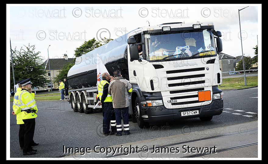 13/06/2008   Copyright Pic: James Stewart.File Name : sct_14_grangemouth.A TANKER DRIVER STOPS AND TALKS TO STRIKING SHELL DRIVERS IN GRANGEMOUTH....James Stewart Photo Agency 19 Carronlea Drive, Falkirk. FK2 8DN      Vat Reg No. 607 6932 25.Studio      : +44 (0)1324 611191 .Mobile      : +44 (0)7721 416997.E-mail  :  jim@jspa.co.uk.If you require further information then contact Jim Stewart on any of the numbers above........