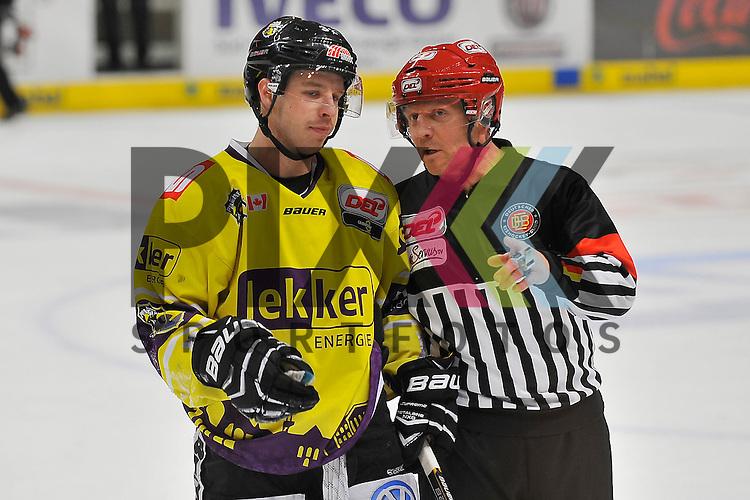 Krefelds Kevin Clark (Nr.32) beim Schiedsrichter Steffen Klau beim Spiel in der DEL, Adler Mannheim - Krefeld Pinguine.<br /> <br /> Foto &copy; Ice-Hockey-Picture-24 *** Foto ist honorarpflichtig! *** Auf Anfrage in hoeherer Qualitaet/Aufloesung. Belegexemplar erbeten. Veroeffentlichung ausschliesslich fuer journalistisch-publizistische Zwecke. For editorial use only.