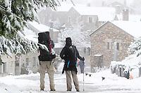 fecha:25-10-2011 En Lugo, en Pedrafita, O Cebreiro, primeras nieves en la alta montaña. Peregrinos de distintas partes del mundo comienzan su etapa del camino, hoy con varios centimetros de nieve.En la imagen dos peregrinos, el hombre de Canada, y la mujer de Malasia. Foto:EFE/eliseo trigo