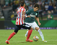 MEDELLÍN -COLOMBIA-18-04-2015. Pablo Zeballos (Der) jugador de Atlético Nacional disputa el balón con Juan Guillermo Dominguez (Izq) jugador de Atlético Junior durante partido por la fecha 16 de la Liga Aguila I 2015 jugado en el estadio Atanasio Girardot de la ciudad de Medellín./ Pablo Zeballos (R) player of Atletico Nacional  fights for the ball with Juan Guillermo Dominguez (L) player of Atletico Junior during the match for the  16th date of the Aguila League I 2015 at Atanasio Girardot stadium in Medellin city. Photo: VizzorImage/León Monsalve/ Cont