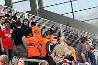 Polizei und Ordner trennen die Fans vom Zaun