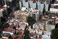 MEX60. CIUDAD DE MÉXICO (MÉXICO), 19/09/2017.- Vista aérea muestra a cientos de personas, entre afectados y rescatistas, durante labores de rescate en medio de edificios colapsados en Ciudad de México (México), hoy, martes 19 de septiembre de 2017, tras un sismo de magnitud 7,1 en la escala de Richter, que sacudió fuertemente el centro del país y causó escenas de pánico justo cuanto se cumplen 32 años de poderoso terremoto que provocó miles de muertes. Las autoridades mexicanas elevaron hoy a 196 la cifra de víctimas mortales por el terremoto de magnitud 7,1 que sacudió el centro del país, mientras que los servicios de emergencia continúan con las labores de rescate en las zonas afectadas. EFE/STR