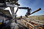 HOOGBLOKLAND - Langs de snelweg A27 bij Hoogblokland werken medewerkers van Van Vulpen aan een gestuurde boring voor een door Ooms Construction aan te leggen rioolwater-transportstelsel. In opdracht van het Waterschap Rivierenland wordt een buisstelsel aangelegd in de weiland tussen Meerkerk, Leerbroek, Nieuwland en Hoogblokland. Om het openbreken van de weg te voorkomen worden sleufloze technieken gebruikt voor zijn ondergrondse kruisingen waarbij de rechte boorstangen gecontroleerd onder het asfalt door geperst worden. COPYRIGHT TON BORSBOOM