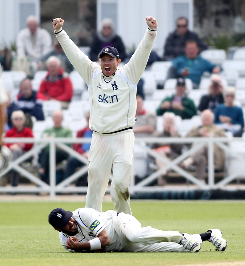 Warwickshire's Ian Bell celebrates his teams victory as Warwickshire's Jeetan Patel catches Nottinghamshire's Harry Gurney of the bowling of Warwickshire's Oliver Hannon-Dalby<br />