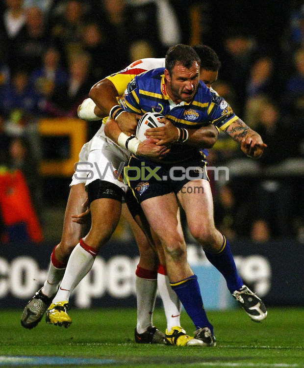 PICTURE BY VAUGHN RIDLEY/SWPIX.COM - Rugby League - Super League Playoffs - Leeds v Catalans - Headingley, Leeds, England  - 02/10/09...Copyright - Simon Wilkinson - 07811267706...Leeds Jamie Peacock is tackled by Catalans Jerome Guisset and Olivier Elima.