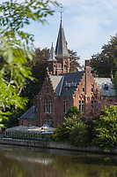 Belgique, Flandre Occidentale, Bruges, château au bord du lac Minnewater, le lac des amoureux // Belgium, Western Flanders, Bruges, castle  on the edge of Lake Minnewater, the lovers' lake
