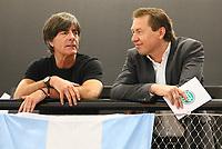 Bundestrainer Joachim Loew (Deutschland Germany) bei der Flagge von Argentinien mit DFB-Mediendirektor Ralf Köttker - 15.05.2018: Vorläufige WM-Kaderbekanntgabe, Deutsches Fußballmuseum Dortmund