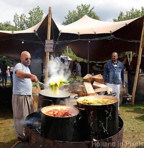 Festival in Amsterdam. De Rollende Keukens. Festival waar bijzondere snacks en maaltijden worden verkocht. Kookpotten van restaurant Rainarai