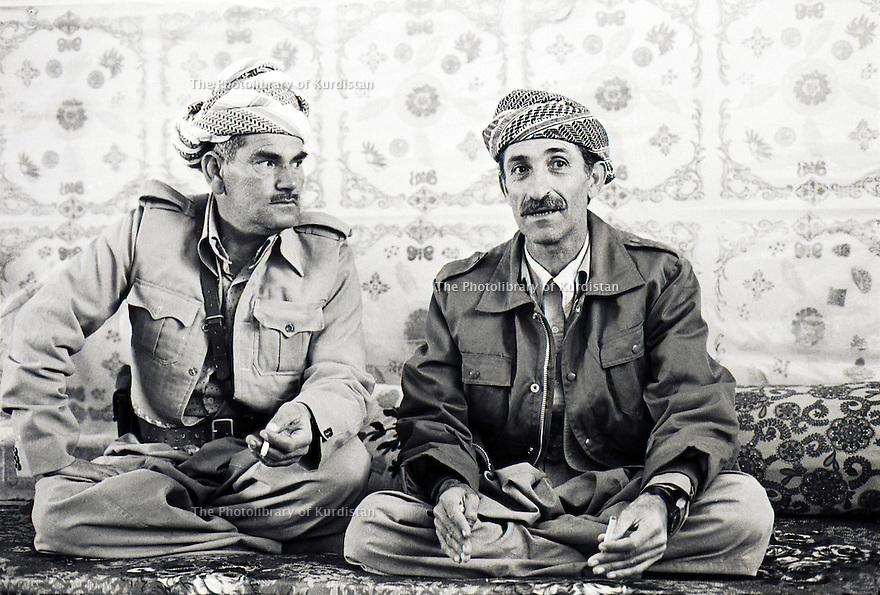 Iran 1974.Camp de réfugiés kurdes à Ziwa, Aref Yassin et Hamid Effendi, chefs militaires.Iran 1974.Kurdish refugees' camp, Aref Yassin and Hamid Effendi, peshmergas' leaders