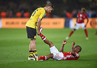 FUSSBALL  DFB POKAL FINALE  SAISON 2015/2016 in Berlin FC Bayern Muenchen - Borussia Dortmund         21.05.2016 Fair: Lukasz Piszczek (li, Borussia Dortmund) hilft  Douglas Costa (re, FC Bayern Muenchen) beim entkrampfen