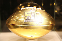 Goldener Wilson Football zum Super Bowl 50 - Super Bowl 50 Merchandising, Moscone Center San Francisco