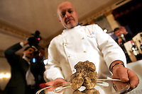Un cuoco mostra dei tartufi all'Asta Internazionale del Tartufo Italiano, a Roma, 12 dicembre 2009..A cook holds truffles during the International Auction of the Italian Truffle in Rome, 12 december 2009..UPDATE IMAGES PRESS/Riccardo De Luca