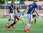 AMSTELVEEN  -  Casper Horn (Adam) met Marlon Landbrug (Pinoke) . Hoofdklasse hockey dames ,competitie, heren, Amsterdam-Pinoke (3-2)  . COPYRIGHT KOEN SUYK