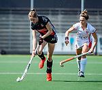 AMSTELVEEN - Felice Albers (A'dam) met Donja Zwinkels (OR) )  tijdens de hoofdklasse competitiewedstrijd hockey dames,  Amsterdam-Oranje Rood (5-2). COPYRIGHT KOEN SUYK