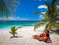 Dominikanische Republik, Isla Saona, Laguna Canto de la Playa, junges Paar liegt allein an einem einsamen Strand, verliebt   Dominican Republic, Saona Island, Laguna Canto de la Playa, young couple lying at deserted beach
