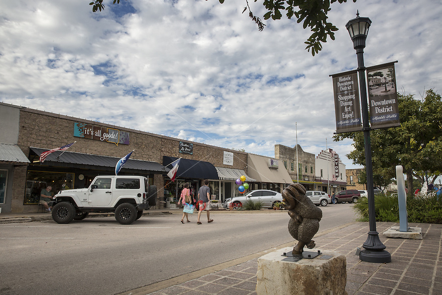 Marble Falls' Historic Main Street District is full of historic buildings brought back to life as shops, restaurants, sculpture, festivals, farmers market and a theater - Stock Image.