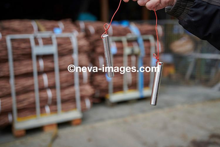 Rolle, le 30 janvier 2018, le pépiniériste viticole Pierre Richard, trempe les bois dans l'eau à 50 degrés celsius afin de traité contre la maladie les futurs greffons qui deviendront des barbus © sedrik nemeth