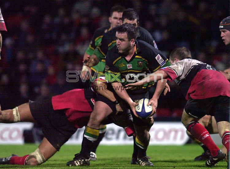 Pix: Matthew Lewis/SWpix.com. Rugby Union. Powergen Cup Quarter Final. Saracens v Northampton. 19/01/2002...COPYWRIGHT PICTURE>>SIMON WILKINSON>>01943 436649>>..Northampton's Tom Smith breaks through the Saracens defence.