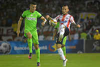 BARRANQUILLA- COLOMBIA -17-11-2016: Juan Guilermo Dominguez (Der.) jugador de Atletico Junior disputa el balón con Mateus Uribe (Izq.) jugador de Atletico Nacional, durante partido de vuelta entre Atletico Junior y Atletico Nacional, por la final de la Copa Aguila 2016,  jugado en el estadio Metropolitano Roberto Melendez de la ciudad de Barranquilla. / Juan Guilermo Dominguez (R) player of Atletico Junior vies for the ball with Mateus Uribe (L) player of Atletico Nacional, during a match for the second leg between Atletico Junior and Atletico Nacional, for the final of the Copa Aguila 2016 at the Metropolitano Roberto Melendez Stadium in Barranquilla city, Photo: VizzorImage  / Alfonso Cervantes / Cont.