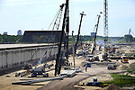 LEIDSCHE RIJN - Langs Nederlandse langste landtunnel (A2) in Leidsche Rijn werkt Gebr. Van 't Hek met vijf machines aan het aanbrengen van de funderingspalen voor de Stadsbaantunnel. In opdracht van de gemeente bouwt ondermeer Van den Biggelaar een bijna 500 meter lange betonnen bak waarop later winkels en woningen gebouwd worden. Vanuit de 22 meter brede tunnel, die medio 2105 klaar moet zijn, zullen ondermeer de bovenliggende winkels bevoorraad worden. Een centraal bedienings- en bewakingsgebouw op het dak moet de veiligheid in de gaten houden. COPYRIGHT TON BORSBOOM