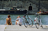 Europe/France/Ile-de-France/75/Paris/75001 : Port des Bourdonnais - Touristes et bicyclettes sur les quais