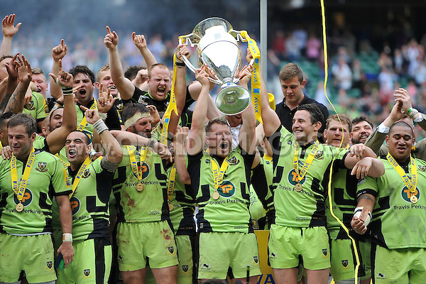 Club captain Dylan Hartley lifts the Aviva Premiership trophy in celebration. Aviva Premiership Final, between Saracens and Northampton Saints on May 31, 2014 at Twickenham Stadium in London, England. Photo by: Patrick Khachfe / JMP