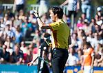 BLOEMENDAAL   - Hockey -  2e wedstrijd halve finale Play Offs heren. Bloemendaal-Amsterdam (2-2) . A'dam wint shoot outs. scheidsrechter Michiel Otten  COPYRIGHT KOEN SUYK