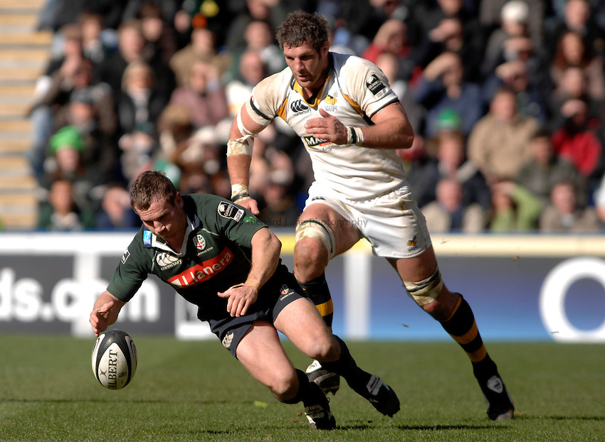 Photo: Richard Lane..London Irish v London Wasps. Guinness Premiership. 18/03/2007..Irish's Robbie Russell dives on the ball as Wasps' Simon Shaw challenges.