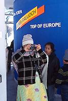Berner Oberland, asiatische Touristen fotografieren in der Bahnstation Jungfraujoch auf der Jungfrau, Schweiz