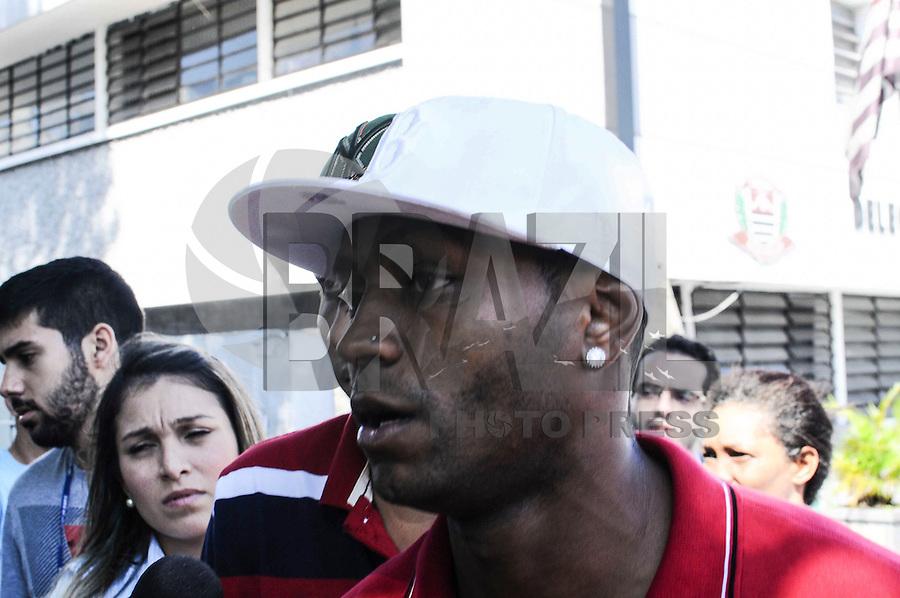 SAO CAETANO DO SUL, SP, 12 MARÇO 2013 - O jogador de futebol Jobson deixa a  delegacia após uma suposta agressão à mulher, em São Caetano, na Grande São Paulo, por volta das 2h30 desta terça-feira. (FOTO: ADRIANO LIMA / BRAZIL PHOTO PRESS).