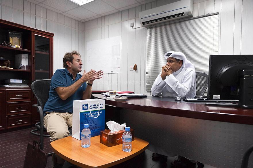 Giuseppe Maria Pilo vive in Qatar dal 2007. E' sposato con una giornalista egiziana che lavora per Al Jazeera International, la rete televisiva qatarina che ha rivoluzionato il mondo dell'informazione. E' nato a Sassari.   In Qatar ha aperto uno spazio espositivo dedicato alla commercializzazione di prodotti italiani di architettura di interni e arredamento. Qui è ritratto a colloquio con il suo promotore qatarino, una figura essenziale per poter operare nel paese.