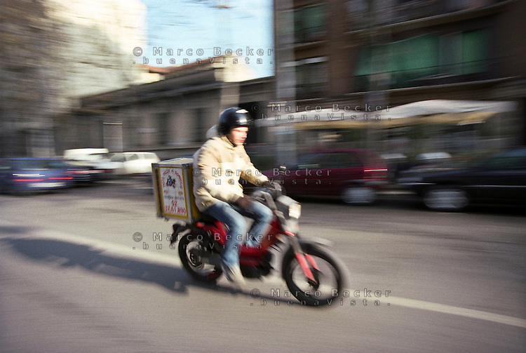 Milano, fattorino Moto Pizza a domicilio --- Milan, Moto Pizza delivery boy