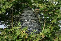 France, Domaine de Chaumont-sur-Loire, dans le parc, oeuf en pierre d'Andy Goldsworthy