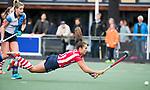 AMSTELVEEN - Renee van den Brand (HDM) duikt naar de bal maar zal niet scoren.  .Hoofdklasse competitie dames, Hurley-HDM (2-0) . FOTO KOEN SUYK