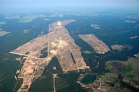 Braunkohle Luebtheen: EUROPA, DEUTSCHLAND, MECKLENBURG-VORPOMMERN, LUEBTHEEN, (EUROPE, GERMANY), 30.06.2005: Seit Jahrzehnten ist bekannt, dass der Grossraum Luebtheen ueber sogenannte Diatomeenkohle, ein Gemisch aus Braunkohle und Kieselgur, verfuegt. Die MIBRAG mbH (Eigner: Washington Group International und NRG Energy Inc..) plant, nach jahrelangen Probebohrungen, im Bereich des Luebtheener Truppenuebungsplatzes einen Tagebau zum Abbau der Diatomeenkohle einzurichten. Hierfuer muss die gesamte Braunkohle in einem oder mehreren Kraftwerken in der Region verbrannt werden. Truppenuebeungsplatz Luebtheen, Braunkohle, geplanter Abbau. Blickrichtung von West nach Ost. - Aufwind-Luftbilder Stichworte: Europa, Deutschland, Mecklenburg, Vorpommern, Luebtheen, Braunkohle, Kohle, Kieselgur, Diatomeenkohle, MIBRAG, mbH, Truppenuebungsplatz, Tagebau, Abbau, Washington, Group, International, NRG, Energy, Inc, Kraftwerk, Uebersicht, Ueberblick, Luftaufnahme, Luftbild, Luftansicht, Wirtschaft # aerial photo, aerial photograph, air opinion, brown coal, carbon, coal, degradation, digest, dismantling, dismounting, economy, europe, germany, international, internationally, lignite, mib-rise up, open pit mine, opencast mining, oversight, overview, power station, strip mine, surface mining, survey, synopsis, washington .