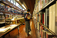 La biblioteca dell' accademia di Danimarca..The library of the Academy of Denmark.La bibliotecaria Adelaide Zocchi.