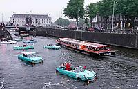 Nederland - Amsterdam - 2018.   Amphib Amsterdam 2018. Amphib toertocht door de grachten. De voertuigen zien er op het droge uit als oldtimers, maar kunnen ook het water in.    Foto Berlinda van Dam / Hollandse Hoogte.