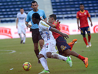 BARRANQUIILLA -COLOMBIA-05-06-2013. Nelino Tapia (Der) de Uniauntónoma disputa el balón con Mike Campaz (Izq) de Deportivo Pasto en partido por la fecha 12 de la Liga Postobón II 2014 jugado en el estadio Metropolitano de la ciudad de Barranquilla./ Nelino Tapia (R) player of Uniautonoma fights for the ball with Mike Campaz (L) player of Deportivo Pasto during match valid for the 12th date of the Postobon League II 2014 played at Metropolitano stadium in Barranquilla city.  Photo: VizzorImage/Alfonso Cervantes/STR