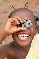 Burkina Faso Stadt Pó , Kind spielt Fotograf  / Burkina Faso child imitates photographer