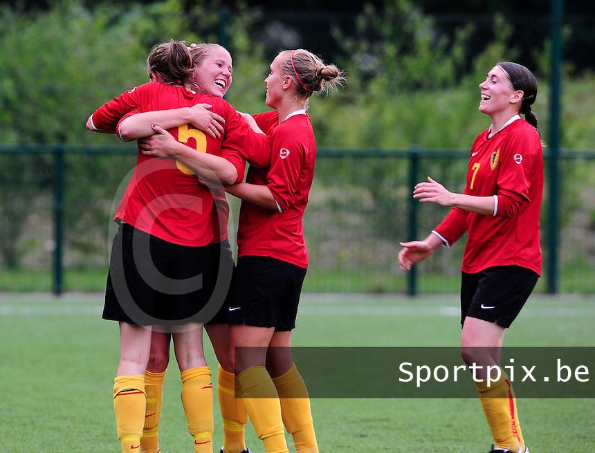 Vriendschappelijke interland vrouwenvoetbal : Belgium A - France A te Nieuwpoort ;..vreugde na het doelpunt van Lenie Onzia. Lorca Van De Putte (links) , Janice Cayman (midden) en Audrey Demoustier (rechts) vieren mee..foto DAVID CATRY / Vrouwenteam.be