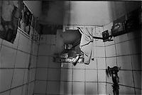 il gabinetto in una cella dell'ex carcere san Donnino di Como. Mensola costruita con pacchetti di sigarette.