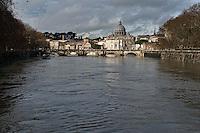 &nbsp;Roma 3 Febbraio 2014<br /> Una veduta del fiume Tevere durante la piena, sullo sfondo la Basilica di San Pietro <br /> Roma &egrave; stata una delle citt&agrave; pi&ugrave; colpite da un'ondata di pioggia torrenziale che ha provocato numerosi allagamenti in vari quartieri della citt&agrave;.<br /> Rome, Italy. 3st February 2014<br /> A view of the Tevere River during the flood, the background the Basilica of St. Peter.<br /> Rome has been one of the cities worst hit by a wave of torrential rain, that caused flooding in several different neighborhoods of the city.