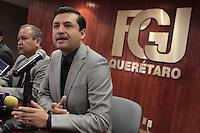 Quer&eacute;taro, Qro.23 de diciembre de 2015.- El Procurador de justicia del estado, Alejandro Echeverria Cornejo, dio a conocer que se ha resuelto el crimen ocurrido en Huimilpan, de una persona de sexo masculino, quien fuera muerto en las inmediaciones de la propiedad del excandidato a la alcald&iacute;a, por el PANAL, Juan Guzm&aacute;n.<br /> <br /> Echeverria Cornejo mencion&oacute; que la persona asesinada se trata de un m&eacute;dico y el m&oacute;vil fue un ajuste de cuentas por una deuda de m&aacute;s de cien mil pesos.<br /> <br /> <br /> Foto: Demian Ch&aacute;vez