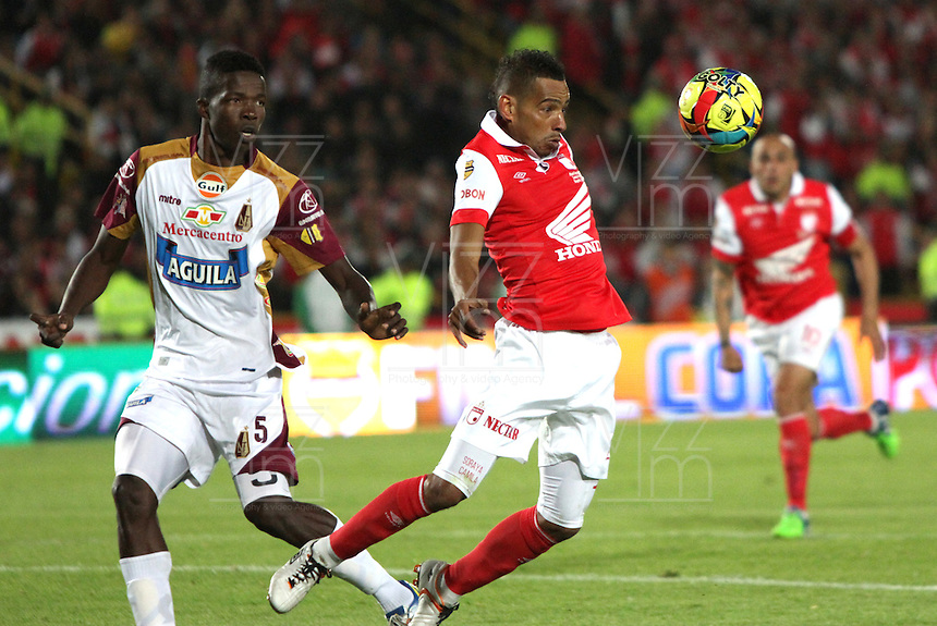BOGOTA -COLOMBIA, 12- NOVIEMBRE-2014. Wilder Medina de Independiente  Santa Fe disputa el balon con Julian Quinones   del Deportes Tolima  durante partido   de La final de La Copa  Postobón  2014-2. Estadio  Nemesio Camacho El Campin   / Wilder Medina  of  Independiente Santa Fe  fight for the ball with Julian Quinones of  Deportes Tolima during the final match of the Copa Postobón 2014-2. Estadio Nemesio Camacho El Campin. Photo: VizzorImage / Felipe Caicedo / Staff