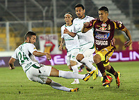 IBAGUÉ -COLOMBIA, 04-05-2013. Andres Andrade (D) del Tolima disputa el balón con Luis Calderon (I) y Andres Perez (Cent) Jugadores del  Deportivo Cali durante partido de la fecha 14 Liga Postobón 2013-1./ Andres Andrade (R) of Deportes Tolima fights for the ball with Luis Calderon ( L) and Andres Perez (Ce) players of Deportivo Cali during match of the 14th date of Postobon  League 2013-1. (Photo: VizzorImage/Felipe Caicedo/Staff)