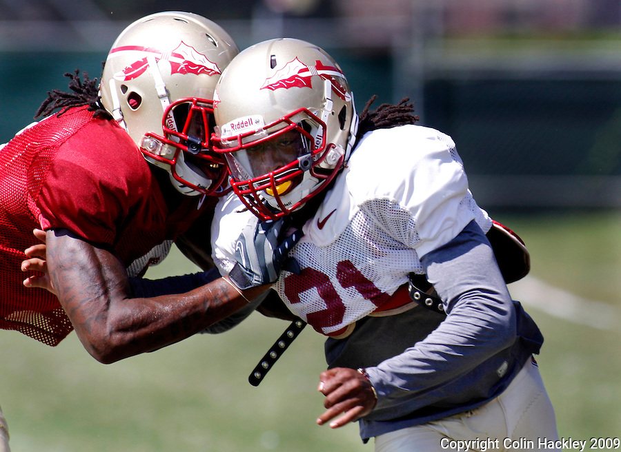 TALLAHASSEE, FL. 8/25/09-FSU-ROBINSON 0825 CH01-Florida State's Patrick Robinson, right, gets around Richard Goodman during practice Tuesday in Tallahassee...COLIN HACKLEY PHOTO