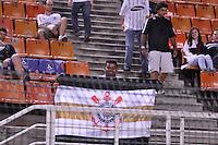 SÃO PAULO, SP, 07 DE MARÇO DE 2012 - TAÇA LIBERTADORES DA AMÉRICA - CORINTHIANS x NACIONAL (PAR): Torcida do aguarda a partida  entre Corinthians x Nacional (PAR) válida pela 2ª rodada do grupo 6 da Taça Libertadores da América em jogo realizado no Estádio Paulo Machado de Carvalho (Pacaembu) na noite desta quarta, 07. FOTO: LEVI BIANCO - BRAZIL PHOTO PRESS