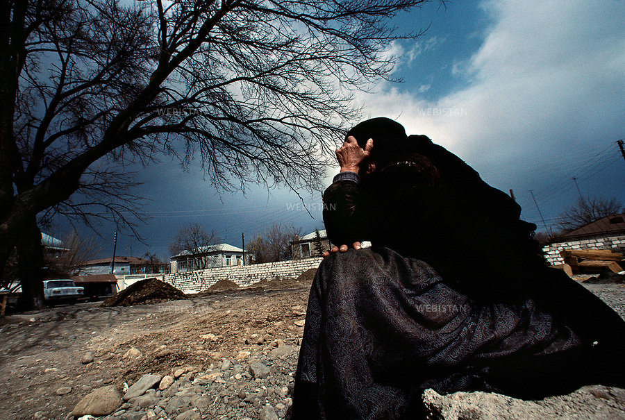 Azerbaijan, Karabakh, Aghdam, February 1992<br /> After the Khojaly massacre, the International Red Cross organized a cease-fire to enable the Red Cross to return the corpses of Azerbaijanis killed. The 2,500 remaining inhabitants (23,757 before the war) found themselves without electricity, heating oil, water, or food and thus sought the safe passage they were promised. Instead, Armenian armed forces and members of the 366 Soviet infantry regiment were waiting to gun them down.As a result of this massacre 613 people were killed, 487 were severely. Those who escaped the gunfire only wounded had to trek through the mountains to safety &ndash; many perished in the cold. 1275 people were taken hostage. Those who survived would visit the mosque of Aghdam, used as a morgue, to search for their disappeared loved ones. They wandered among dozens of corpses, brought by the Red Cross, wrapped in body bags.<br /> A survivor mourns, she waits to prepare her relatives bodies for burial in accordance with Muslim tradition.<br /> <br /> Azerbaidjan, Karabakh, Aghdam, Fevrier 1992 <br /> Apres le massacre de Khodjali, la Croix-Rouge internationale organise un cessez-le-feu pour rapatrier les corps des Azerbaidjanais morts. Les 2500 habitants restant (23 757 avant la guerre) se retrouvent sans electricite, mazout pour le chauffage, eau ou nourriture, et cherchent le passage securise promis. Mais les forces armees armeniennes et membres du 366e regiment d'infanterie sovietique attendent en contrebas, armes a la main. 613 personnes sont tuees, dont 487 gravement mutiles. Ceux qui en rechappent traversent les montagnes a pieds, beaucoup meurent de leurs blessures ou du froid. 1 275 personnes sont prises en otage. Ceux qui ont survecu visitent la mosquee d'Aghdam, utilisee comme morgue, cherchant leurs proches disparus. Ils errent parmi les dizaines de cadavres enveloppes dans des sacs mortuaires portees par la Croix-Rouge. <br /> Une survivante pleure avant de preparer les corps de ses parents selon la tradition musulmane.