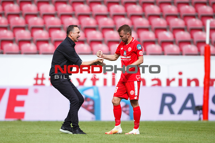 Achim Beierlorzer (Trainer / FSV Mainz 05) bejubelt den Sieg mit Daniel Brosinski (FSV Mainz 05), <br /> <br /> Sport: Fussball: 1. Bundesliga:: nphgm001:  Saison 19/20: 33. Spieltag: 1. FSV Mainz 05 vs SV Werder Bremen 20.06.2020<br /> Foto: Neis/Eibner/Pool/via gumzmedia/nordphoto<br />